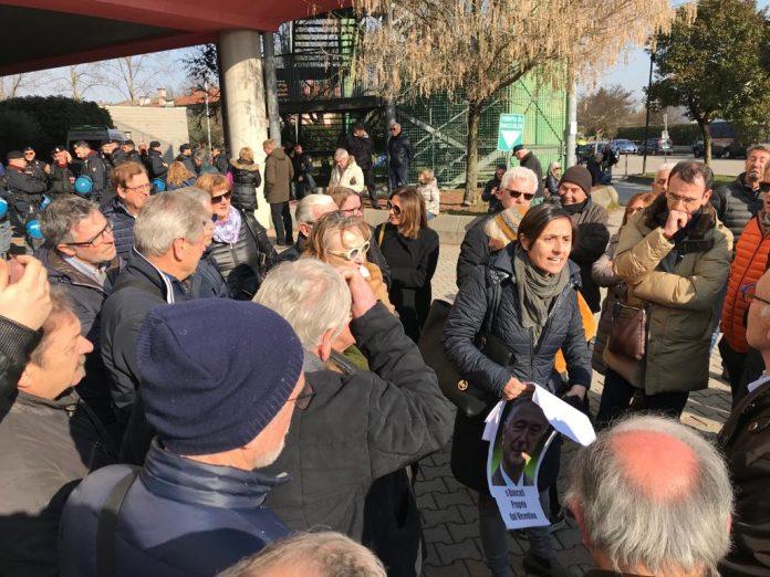 Barbara Venuti e cabina regia ignorata, la protesta dei risparmiatori fuori dal privée